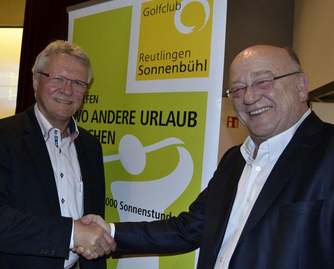 Der scheidende Präsident, Udo Rogotzki (rechts) gratuliert dem neuen Amtsinhaber, Matthias Eschle, zur Wahl für die nächsten drei Jahre als Präsident des GC Reutlingen-Sonnenbühl e.V. - © GC Reutlingen-Sonnenbühl e.V.
