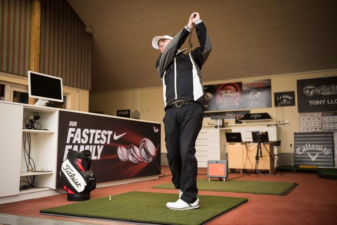 Head Professional Tony Lloyd im Fitting Studio - © Golfclub Domäne Niederreutin GmbH