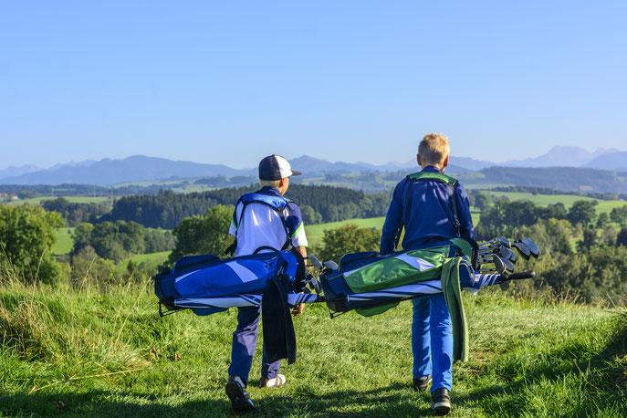 Freunde einladen, Golfheld werden, das ist das Motto des Golfhelden-Camps, das der DGV 2019 initiiert. (Foto: Alexander Rochau/iStock)