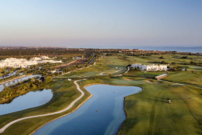 Clubhaus San Domenico Golf rechts, Borgo Egnazia links - © San Domenico Golf