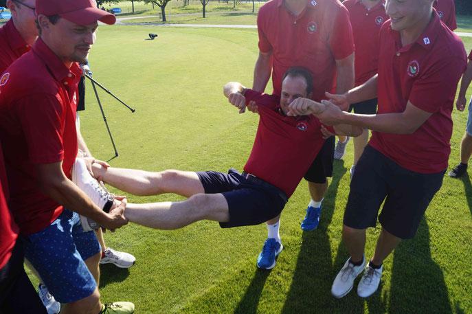 Der Aufstiegstrainer wird gefeiert - © Golf Club Hetzenhof
