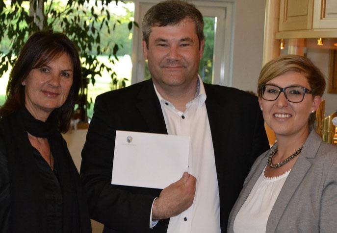 Conny Crameri (links) und Katharina Desch, beide vom Engadin Golfclub, mit Ralf Merkel nach der Übergabe des Hauptpreises. - © Golfclub Reutlingen-Sonnenbühl e.V.