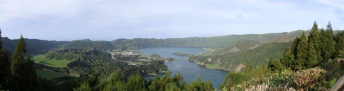 Blick vom Aussichtspunkt Vista do Rei auf die Caldeira de Sete Cidades - © Serap Wunner