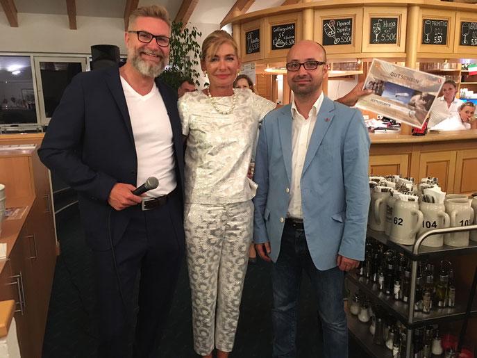 Glückliche Losgewinnerin eines Business-Class-Tickets wurde Lissy Schaal, eingerahmt von Spielführer Michael Reiher und von Akgun Ates, Repräsentant von Turkish Airlines (rechts) - © Golfclub Reutlingen-Sonnenbühl e.V.