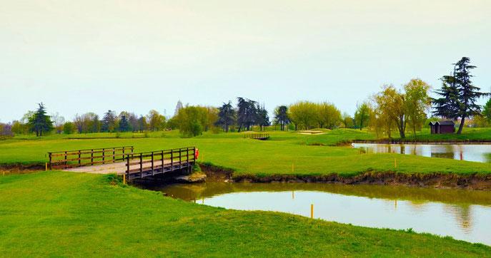 Die typischen Wasserhindernisse im Golf Club Ca'della Nave - © Peter von Oppen