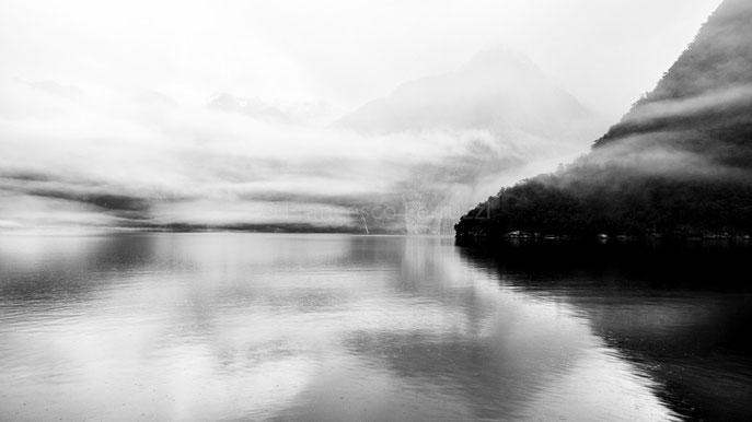 nuova zelanda - il milford sound in biano e nero durante un pomeriggio di pioggia