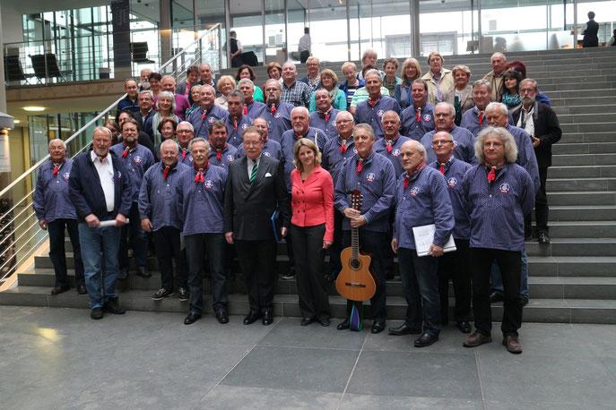 Shanty-Chor-Abordnung mit MdB Dr. Freudenstein und MdB Graf von und zu Lerchenfeld (Berlin, Bundestag, 10. April 2014)