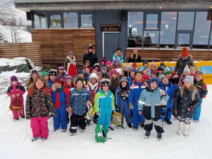 Die Schüler der Volksschule Lerchenfeld waren sichtlich erfreut über die Möglichkeit, einen Tag im Schnee verbringen zu dürfen. Foto: zVg