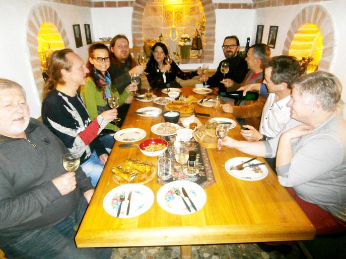 Gedersdorf. - Ein Prosit auf eine mögliche kulturelle Zusammenarbeit zwischen St.Pölten und Gedersdorf gab es am 20. Feber abends. Mehr darüber unter Mostviertel-Nachrichten. Foto: MoPA/Voglauer