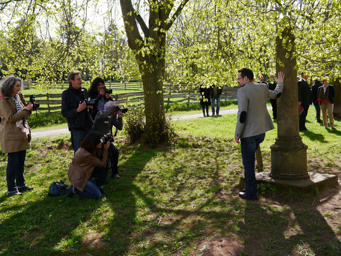 "Foto-Shooting am ""Schandpfahl"" im Kommerner Freilichtmuseum, Pressekonferenz zur Bekanntgabe des Jacques-Berndorf-Preisträgers, April 2014"