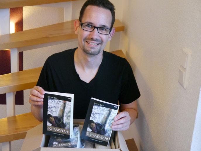 """Frisch aus der Druckerei: Ein schönes Gefühl, die Früchte meiner monatelangen Arbeit in der Hand zu halten. In ein oder zwei Wochen ist """"Schandpfahl"""" in den Buchhandlungen erhätlich, die E-Book-Version kann jetzt schon gekauft werden."""