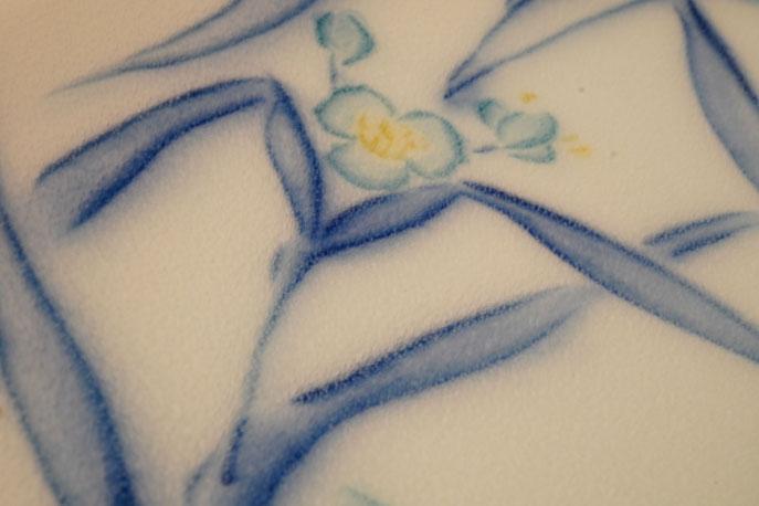 露草文の作品:彫りを施した上に絵付けをする方法で作った作品。