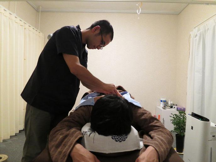 置針後は各針に刺激を加え、身体の反応を診ていきます。