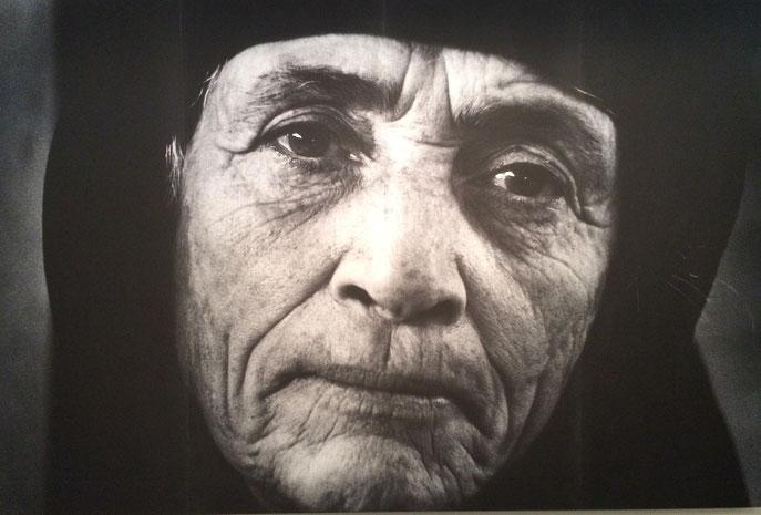 Porträt einer griechischen Flüchtlingsfrau, Larnake, Zypern, 1976; Jean Morh, Musee de Elysèe