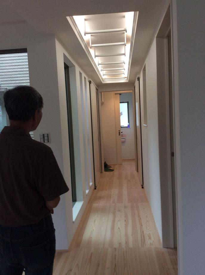 トイレに行くのに廊下を歩くなそんな家は、筋肉もりもりに!