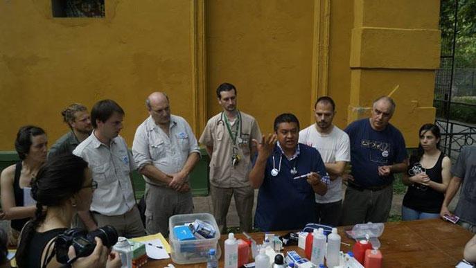 Los grandes médicos veterinarios de fauna silvestre de Argentina rodeando a Fernando Cortés.