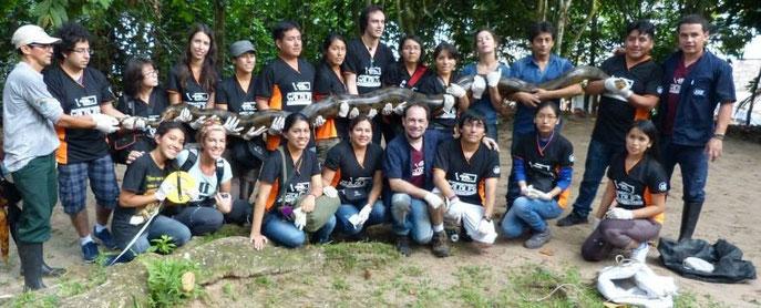 Daniel coordinando el manejo de una Anaconda, en el Amazonas de Perú.