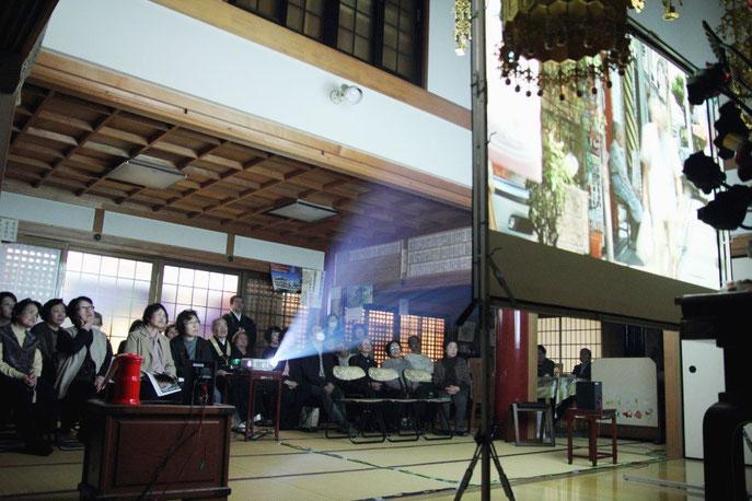 2013年3月22日 大阪・法蔵寺本堂での上映の様子
