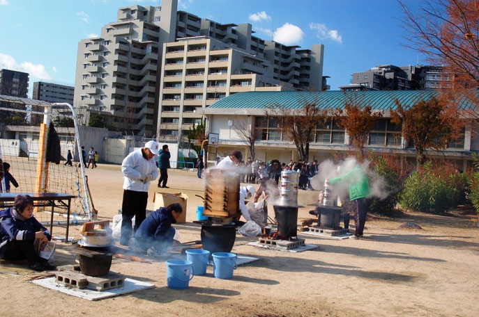2014年餅つきは 晴天の下釜焚きから始まった