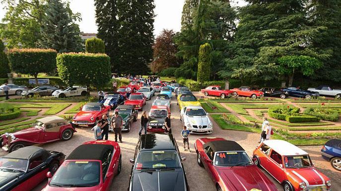 Les équipages rassemblés au Jardin public du Musée de Guéret (avenue de la Sénatorerie) la veille du départ du Creusekistan Classic 2016.