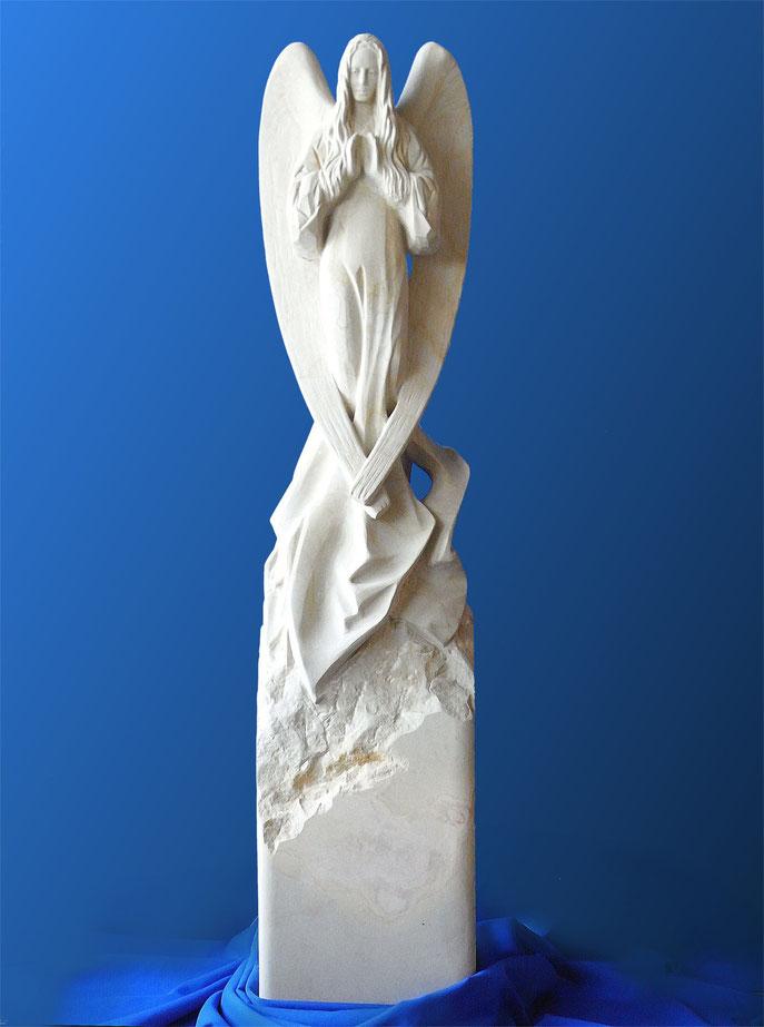Engel aus Stein mit erhobenen Händen. Grabstein Engel. Engel naturalistische Darstellung. Die Handflächen weisen in Höhe der Brust nach vorne, als würden sie eine unsichtbare Kugel halten.