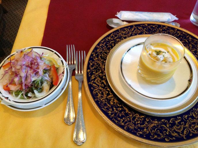 パンプキンスープとサラダ