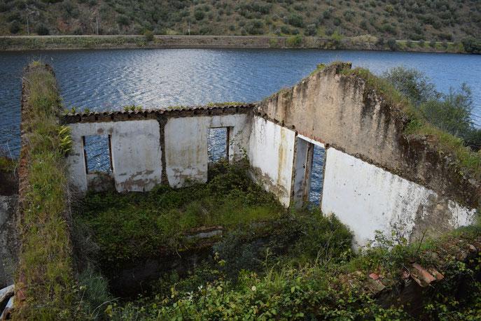 ruins, Ortiga towards Alamal, river Tejo, Portugal