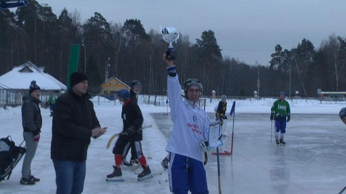 Капитан хк Бруски Егор Самуськов с кубком первенства района 16-17 сезона.