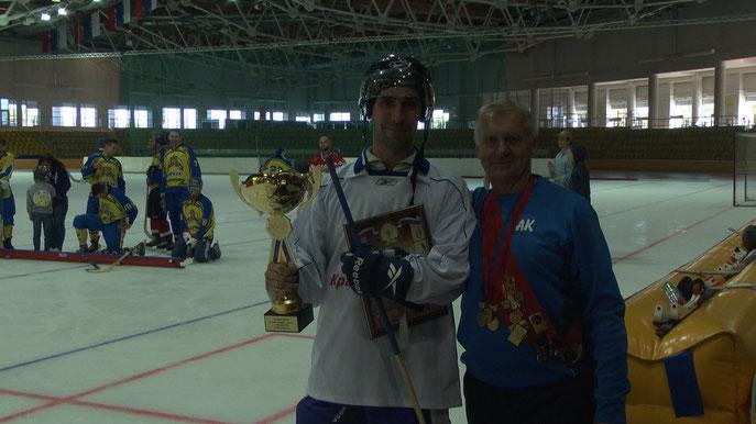 Егор Самуськов хк Бруски с Кубком первого летнего турнира по мини-хоккею с мячом