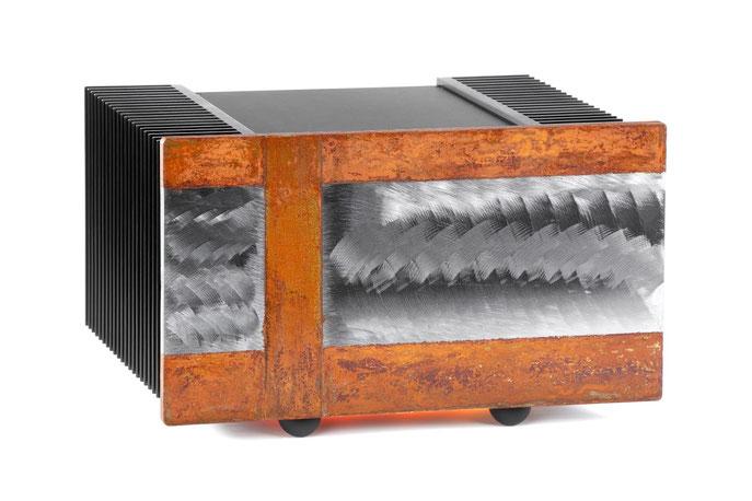 Sauermann Verstärker mit Metallbild als Frontplatte, Stahl mit 3D Schliff und Rost