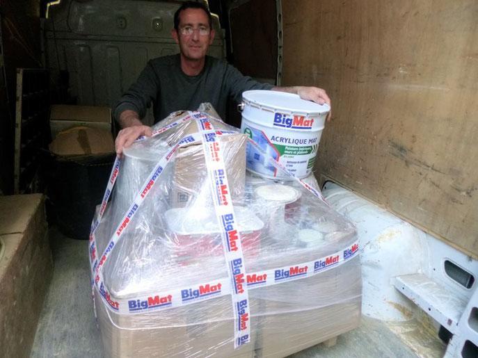 Bruno de l'entreprise Big Mat de Graçay est venu nous porter plus 150 kg (au moins) de peinture.