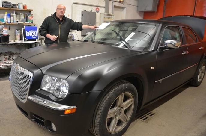 Phillipe, carrossier à Graçay prépare les voitures pour la performance de Robert Deschênes.