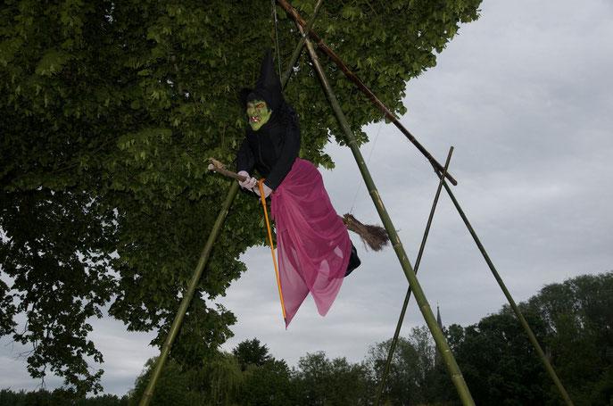 Une sorcière s'est installée sous le gros arbre en face de la gendarmerie...