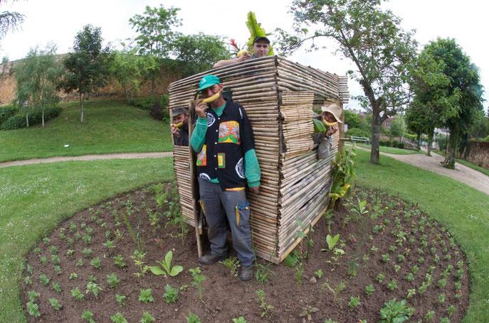 Thomas et ses jardiniers sont en train de transformer l'entrée de la ville en station balnéaire avec bananiers et petite case pour s'abriter
