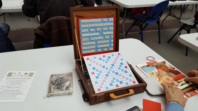 """le jeu """"dans sa mallette"""", fabriqué par le papa d'Isabelle Vilain (Verrières-le-Buisson)"""