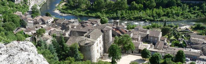 Le château de Vogüé dominant l'Ardèche