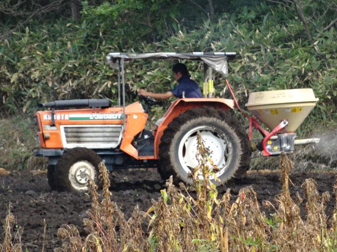 肥料、種を同時に播種する