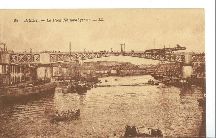 Pont fermé, en arrière plan grue et Batiments industriels de la Penfeld