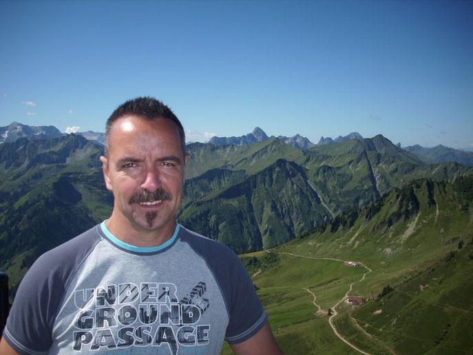 Dies ist ihr Gastgeber Michael Noll. Er befindet sich im Kleinen Walsertal auf dem Walmendinger Horn in Richtung Westen zum Bodensee.