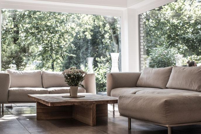 Gemütliche Wohnzimmereinrichtung mit Designer Couchtisch
