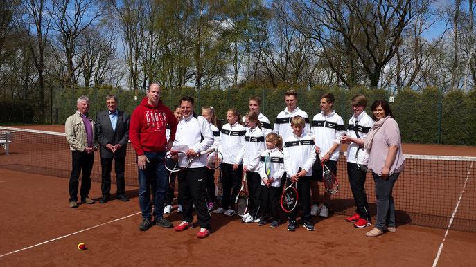 Sven Allers nimmt die Spende für die Tennisjugend entgegen