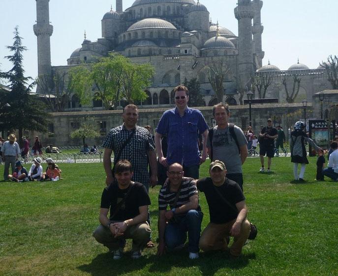 Sechs Männer vor der Blauen Moschee in Istanbul.
