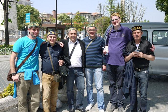 Sechs Männer mit türkischen Gebetsmützen in Istanbul