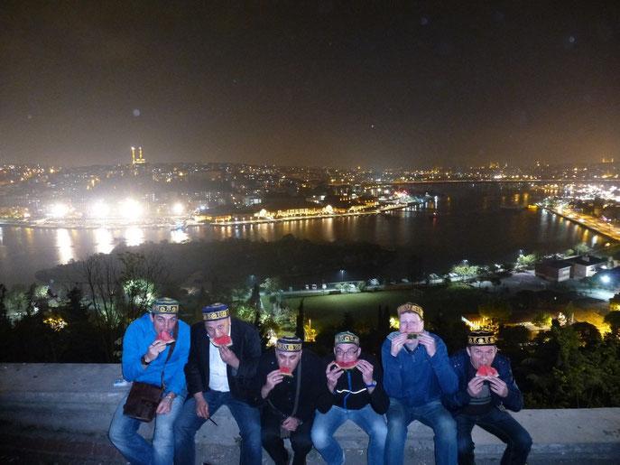 Sechs Männer auf einer Mauer über dem Bosporus