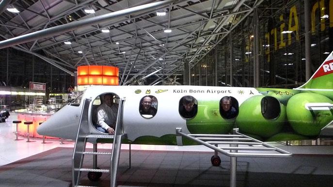Fünf Männer in einem Kinder-Flugzeug.