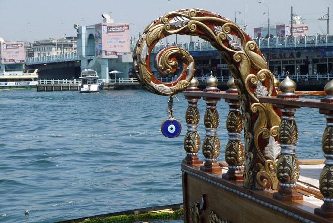 Das Auge der Fatima an einem Schiff auf dem Bosporus
