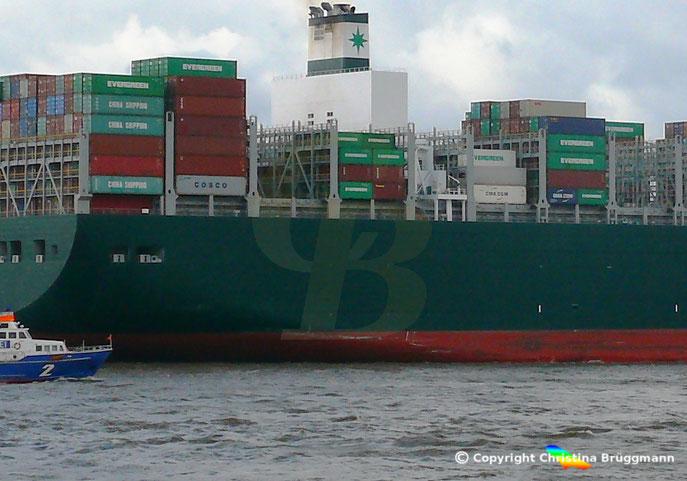 Die Ever Given am 09.02.2019 auf der Elbe. Sichtbar die Schrammen der Kollision