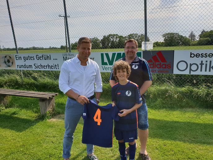 Bild: Marco Plocher mit dem Trainer Markus Eduard  und dem E2 Jugend Spieler Noah.