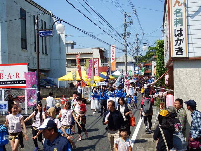 パレードは9時半にスタート。朝から人も大勢出でいる。