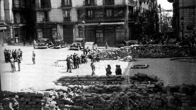 Barrikader i Barcelona. Den 4. - 8. maj 1937 kom det til heftige konfrontationer mellem stalinister på den ene side og anarkister, trotskister og venstresocialister på den anden. Grunden:  Kommunistpartiets (PSUC) forsøg på at overtage kontrollen i byen.